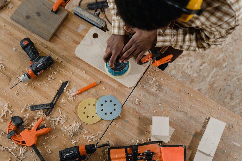 Matériaux et inscriptions sur les plaques professionnelles : quelle est la législation à suivre ?